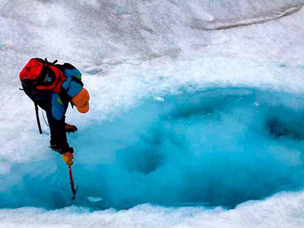 Pequeños charcos de agua azul turquesa sobre la pureza del hielo. (Caminata Sobre el Glaciar Perito Moreno)