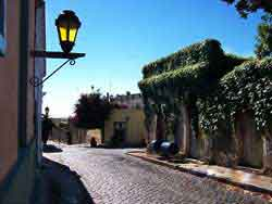 Una calle típica de la Colonia del Sacramento - Colonia, Uruguay