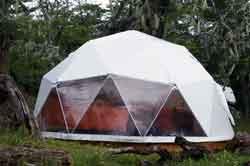 Los domos consisten en una estructura reticular de acero