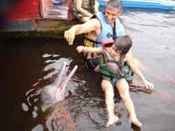 Jugando con Botos (delfín rosa del Amazonas)