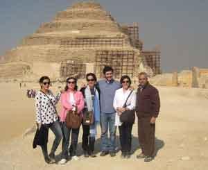 Ana, María de los Ángeles, Aurora, Laura, Sabela y Guillermo, con Khaled