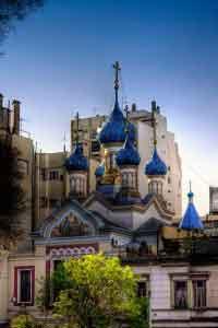 Admirar las cúpulas azules de la Iglesia Ortodoxa Rusa de la Santísima Trinidad.