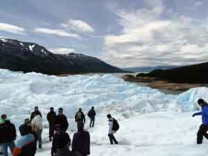 Se aventuraron a caminar sobre el hielo del célebre glaciar Perito Moreno (foto: Esteban Granero) )