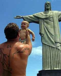 El Cristo de Corcovado en una insólita trinidad