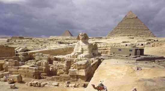 Guiza: estar cara a cara con este enorme ser mítico con cabeza humana y cuerpo de león recostado es uno de los momentos culminantes de tu viaje a Egipto