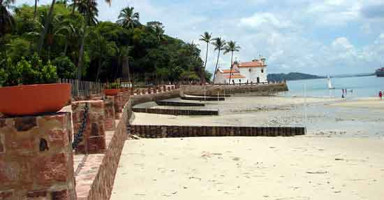 Podemos llegar a la bonita capilla de Nossa Senhora do Loreto por un hermoso paseo marítimo