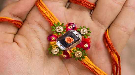 En la actualidad el rakhi se confecciona con hilos de seda multicolores y puede ir adornado con cuentas y piedras tan ostentosas como se pueda permitir la oferente.