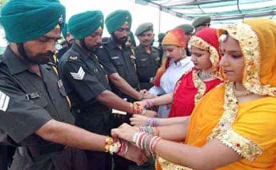 Raksha Bandhan: en este día, las niñas y mujeres atan un cordel (rakhi) o pulsera en la muñeca derecha de sus hermanos