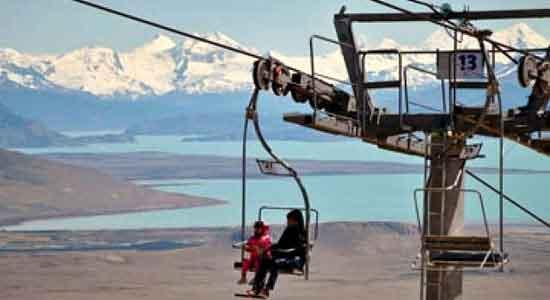 La ascensión permite una hermosa perspectiva aérea sobre la parte central de Lago Argentino y sus glaciares con el telón de fondo de la cordillera andina.