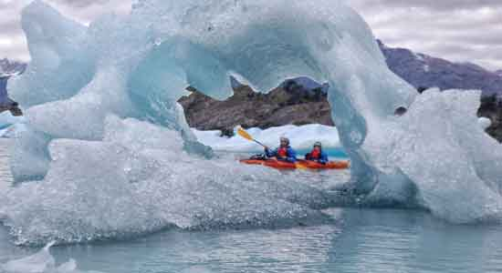 Upsala Kayak Experience - Raquel y Olga, remando entre impresionantes bloques de hielo y témpanos flotantes.