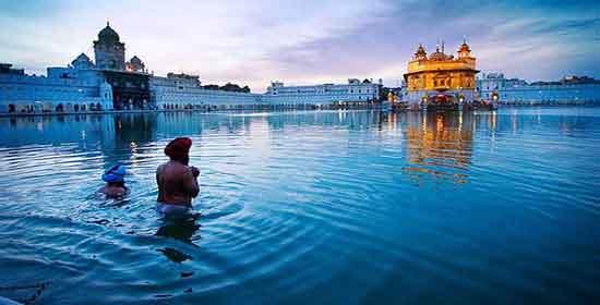 Amritsar constituye uno de los lugares religiosos más impactantes del subcontinente indio