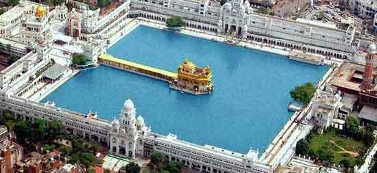 """El Harmandir Sahib o """"Templo de Dios"""", también conocido como """"Templo Dorado"""" aparece como un islote en el centro de un gran estanque, líricamente bautizado como Estanque del Néctar."""