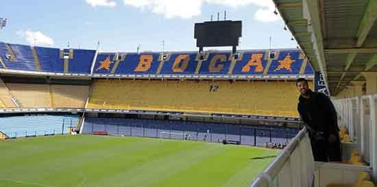 Carlos y Eli en Argentina: Carlos en La Bombonera (estadio de fútbol del Club Atlético Boca Juniors), Buenos Aires