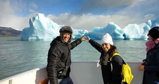 Viaje de novios a Argentina: Carlos y Eli navegado Lago Argentino, camino a la Estancia Cristina