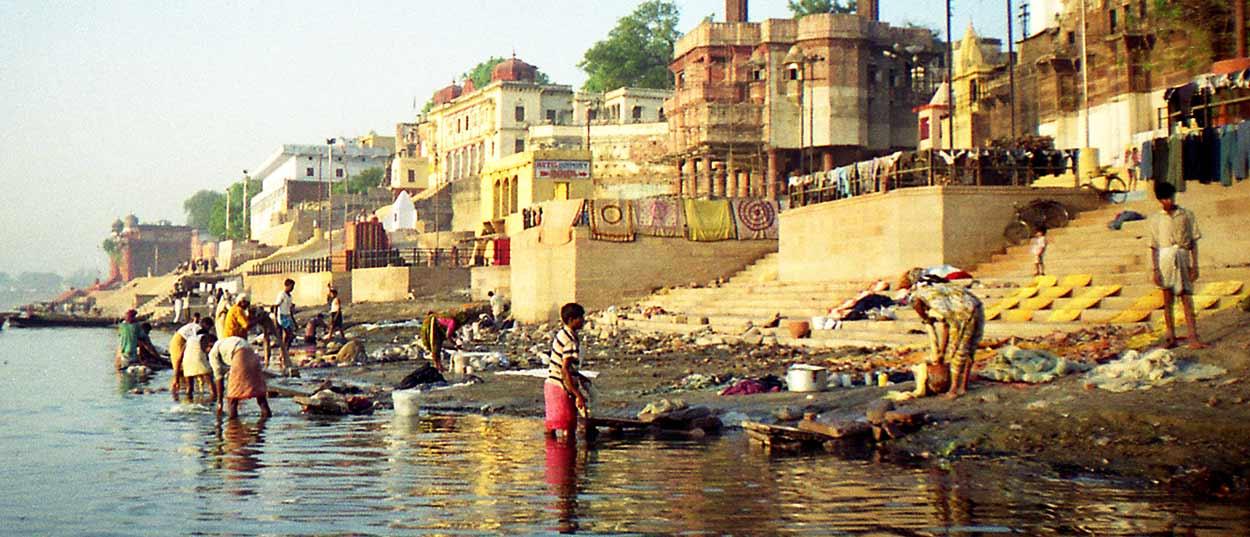 Ghats de la orilla del río en Benarés - Siete razones para visitar Benarés, ciudad santa del ganges en India