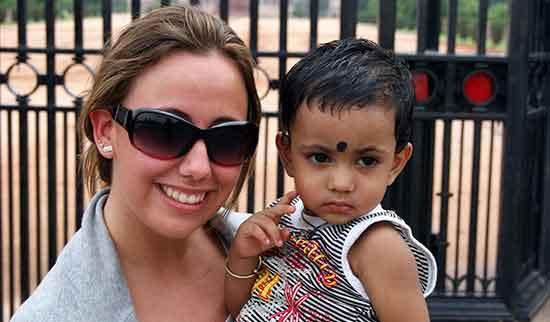 Veronica con un niño indio