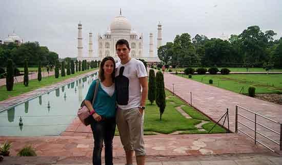 Pablo y Verónica, con el Taj Majal de fondo (Pablo y Verónica en India y Nepal)