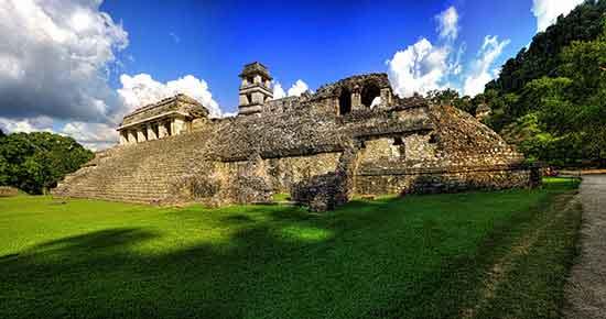 El edificio más grande del complejo es el Palacio del rey Pakal y constituye un prodigio de ingeniería