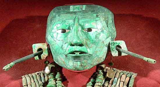 Máscara mortuoria de K'inich Janaab' Pakal elaborada con 340 teselas de jadeíta, albita y cosmocolor