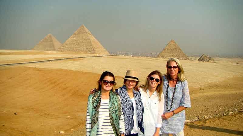 Mónica y sus hijas en Giza