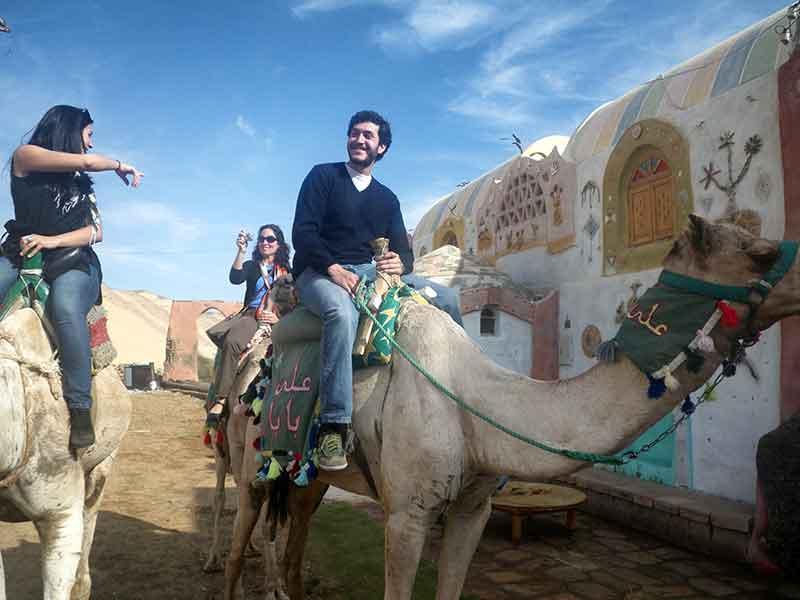En camello por el Poblado Nubio, cerca de Asuán