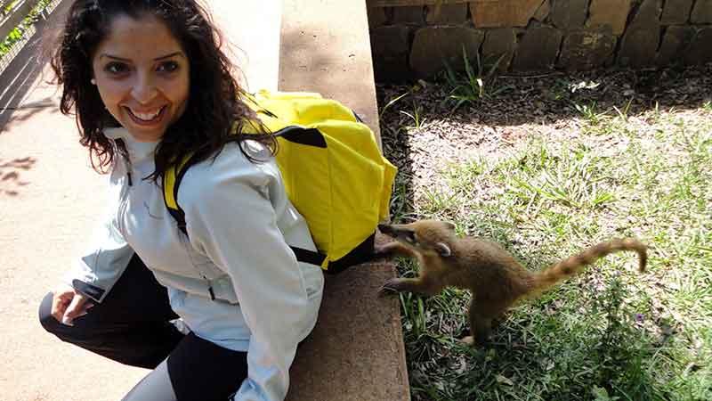 Eli con un coatí en Iguazú.