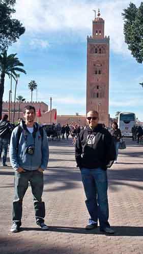 Enrique y Manuel junto a la Koutubia de Marrakech
