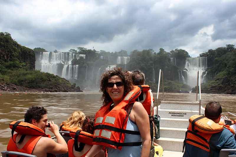 Navegando el río Iguazú a pie de saltos.