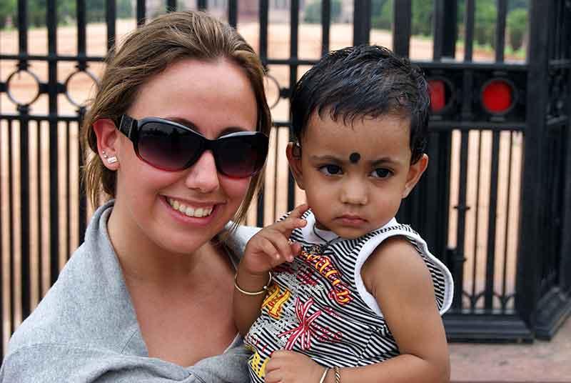 Verónica con un niño en India
