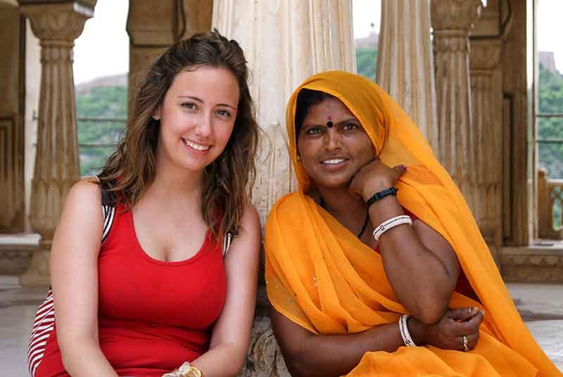 Verónica con una mujer de Jaipur