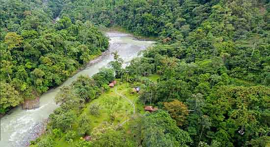 Inmerso en una reserva privada de 300 hectáreas (reserva Pacuare), sólo el 5% de ella se dedica a instalaciones