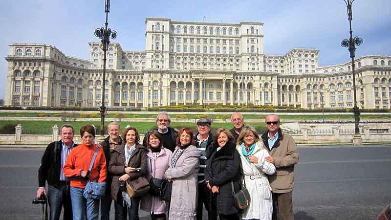 Emilio y sus 11 amigos frente al colosal Parlamento en Bucarest