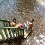 A fregar al río
