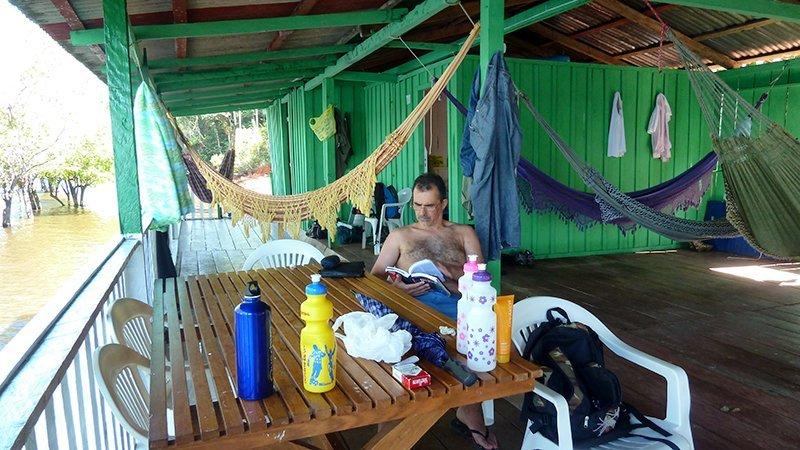 En la cabaña a la orilla del río