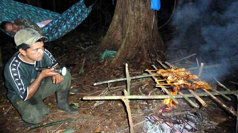 Nonato nos prepara la cena en la selva