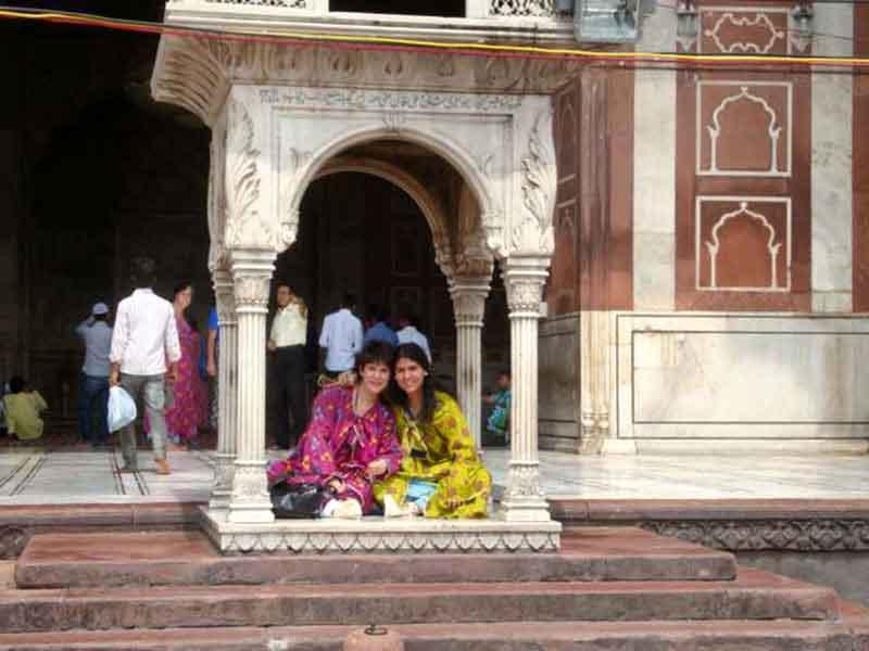 Andrea y Juliana en la mezquita la Jama Masjid en Delhi