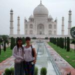 Andrea y Juliana con el Taj Mahal de fondo