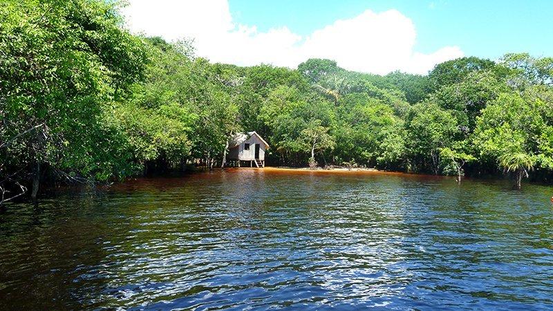 Cabaña en el río Negro