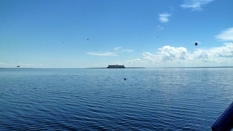 En el horizonte un crucero turístico