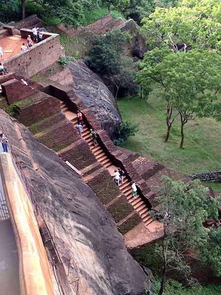 Ascendiendo al Palacio - fortaleza de Sigiriya