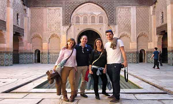La escapada a Marrakech - Pablo, Vero, Alegría y Héctor en el patio de Tumbas Saadianas