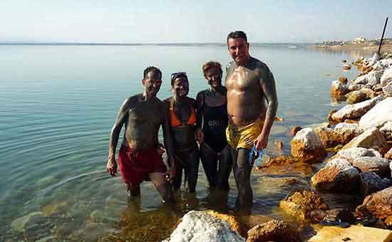 Disfrutando del lodo del Mar Muerto.