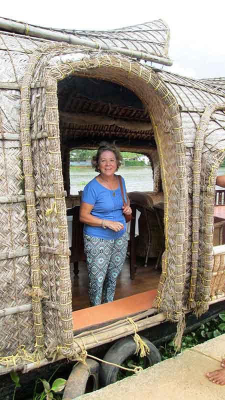Carmen, navegando las aguas de los Backwaters de Kerala.