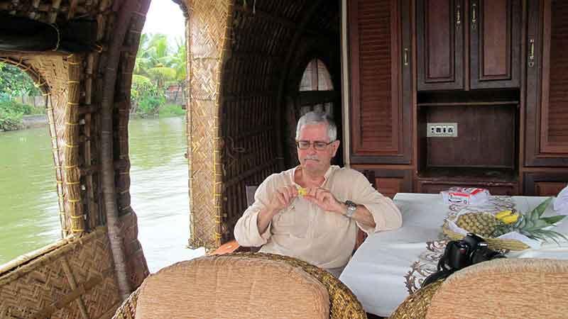 Juan Carlos, navegando las aguas de los Backwaters de Kerala.