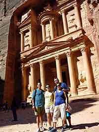 Experiencia de viaje a Jordania: Francisco, Conchi, Jesús y Teresa frente al Tesoro de Petra
