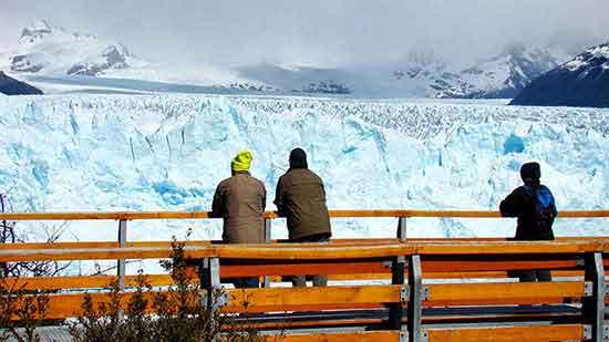 Déborah (a mano derecha) observando el glaciar Perito Moreno