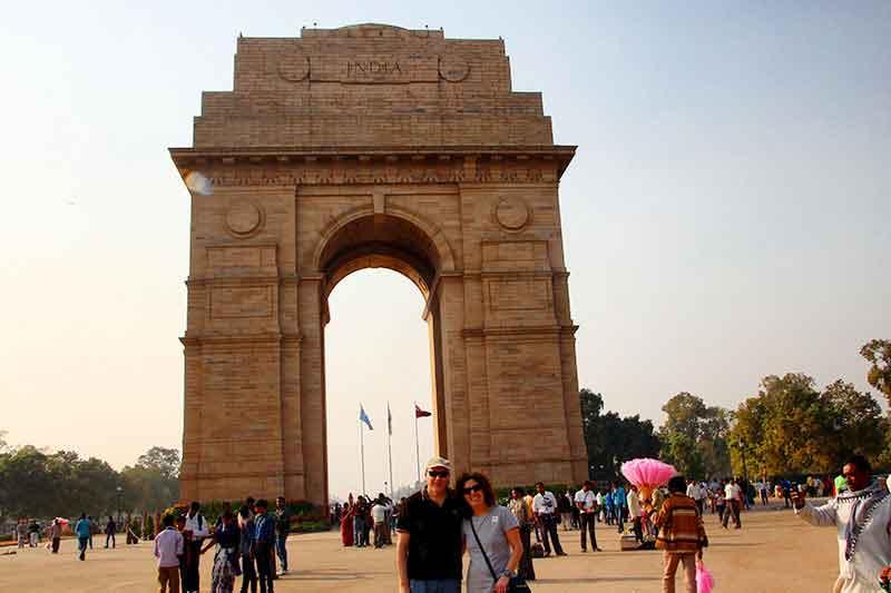 Pablo y Petri frente a la Puerta de la India, en Delhi