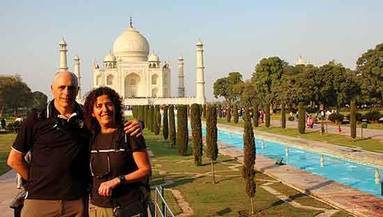 Pablo y Petri frente al Taj Mahal