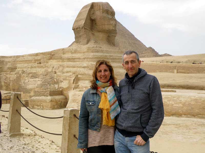 Mikel y Marijo, con la Gran esfinge de Guiza de fondo