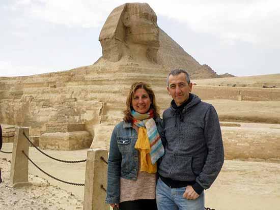 Testimonio de Viaje a Egipto de Mikel y Marijo, con la Gran esfinge de Guiza de fondo